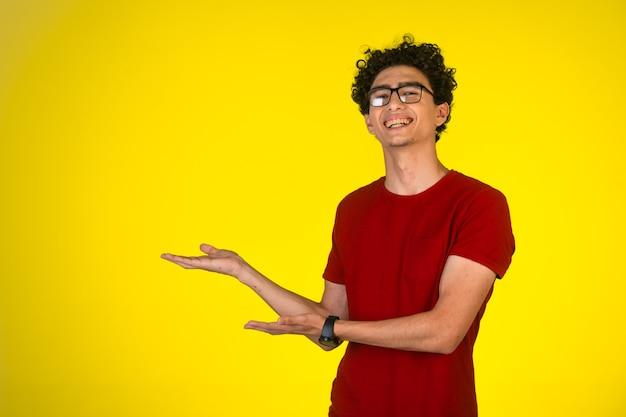 Mann im roten hemd, das präsentation tut und beide hände benutzt
