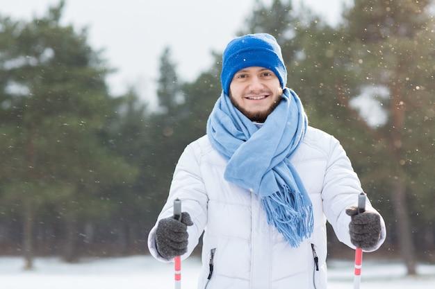 Mann im schneefall