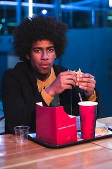 Mann im schnellrestaurant nachts