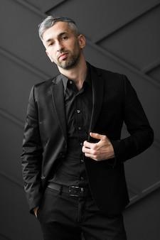 Mann im schwarzen anzug, der überzeugt schaut