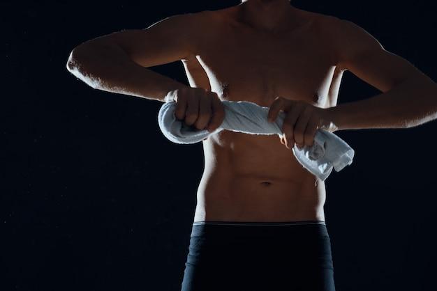 Mann im schwarzen höschen muskulöser körper-workout-fitnessstudio. foto in hoher qualität
