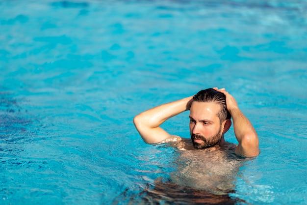 Mann im schwimmbad schwimmen