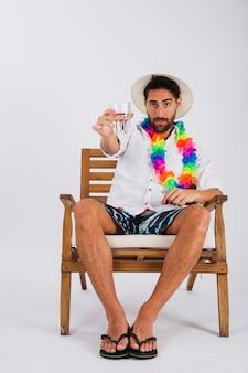 Mann im sommer tragen mit glas wasser