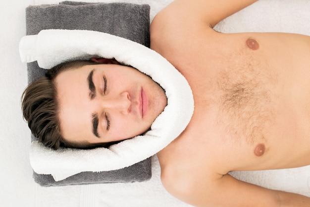Mann im spa-salon