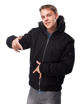 Mann im sweatshirt tanzen wie ein rapper