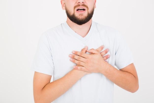 Mann im t-shirt, der herzschmerz anhebt