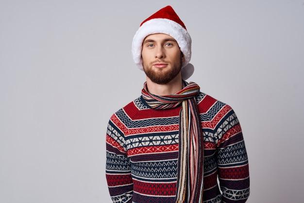 Mann im weihnachtskleidungsferienstudio des neuen jahres