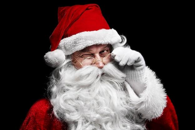 Mann im weihnachtsmannkostüm zwinkert