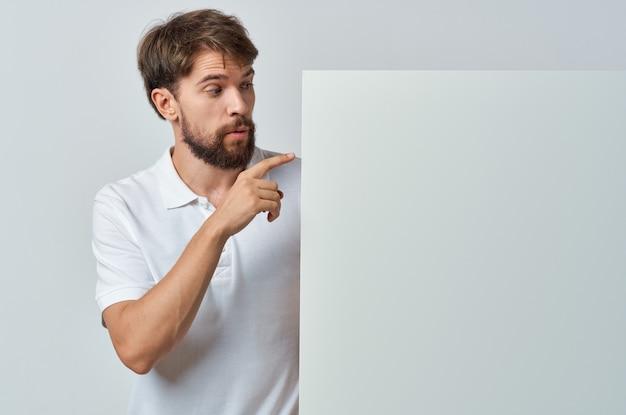 Mann im weißen fahnenweißfahnen-plakatwerbung präsentation