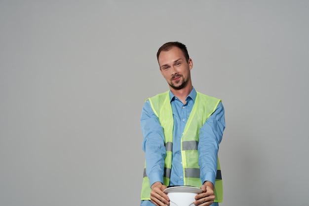 Mann im weißen helmschutzarbeitsberuf heller hintergrund