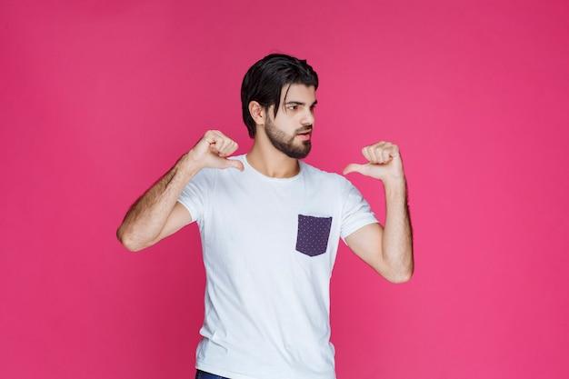Mann im weißen hemd zeigt auf sich.