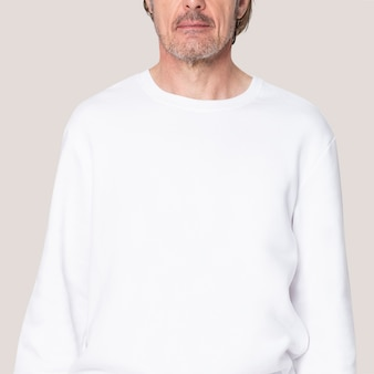 Mann im weißen pullover freizeitkleidung mit designraum hautnah