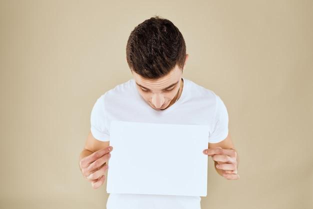 Mann im weißen t-shirt blatt papier in den händen kopieren raum beschnittene ansicht beigespace
