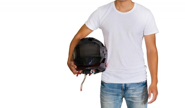 Mann im weißen t-shirt, das einen sturzhelm hält