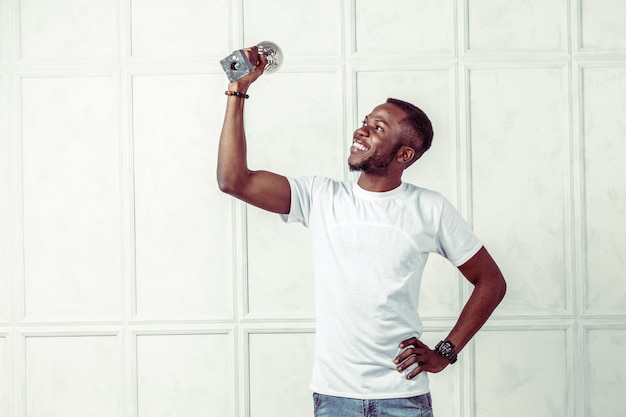 Mann im weißen t-shirt, das geld hält