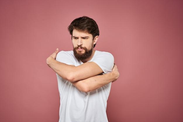 Mann im weißen t-shirt emotionen lebensstil gesichtsausdruck beschnitten ansicht rosa.