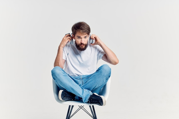 Mann im weißen t-shirt hört musik mit kopfhörerunterhaltung