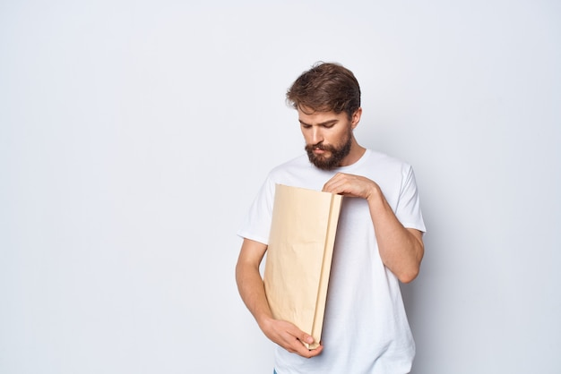 Mann im weißen t-shirt papiertüte mocap lifestyle. foto in hoher qualität