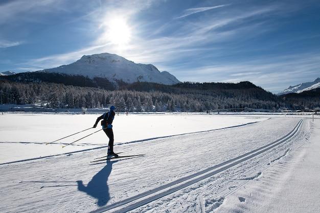 Mann im winter skifahren