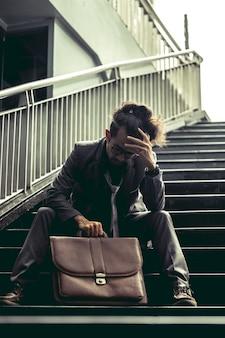 Mann in anzug sind gestresst, weil er arbeitslos ist
