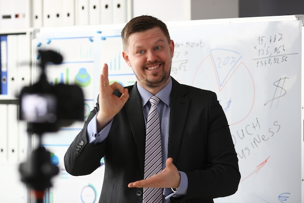 Mann in anzug und krawatte zeigen zeichen bestätigen