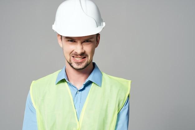 Mann in arbeitsform bauarbeiten isolierten hintergrund