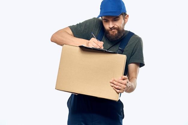 Mann in arbeitskleidung, lieferung von paketen, dingen, produkten