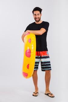 Mann in beachwear mit schwimmendem rohr