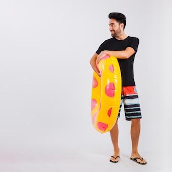Mann in beachwear mit schwimmenden rohr