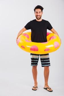 Mann in beachwear mit schwimmenden tubus um seine taille