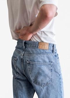 Mann in blue jeans mit etikett