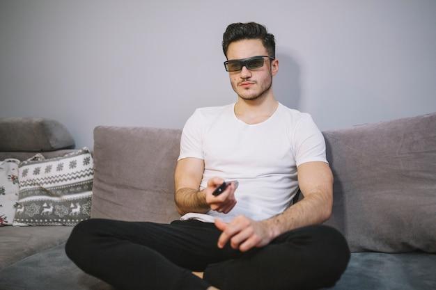 Mann in den gläsern 3d, die fernsehen