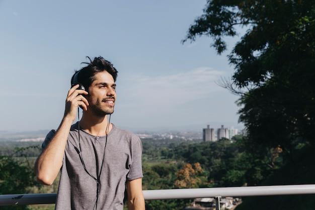 Mann in den kopfhörern im park