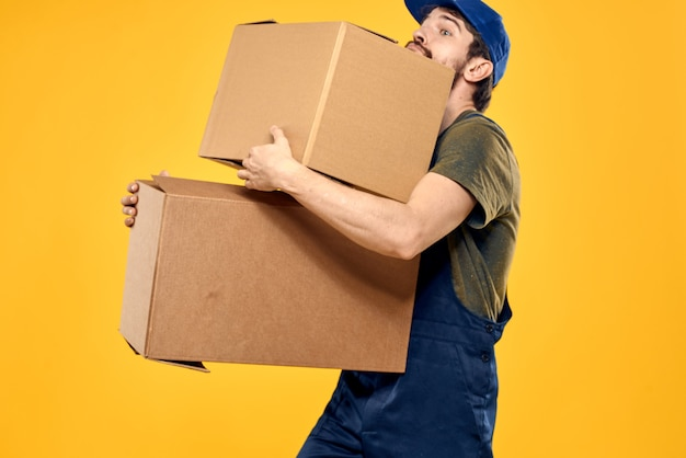 Mann in der arbeitsuniform blaue kappe werkzeugkasten betrügen