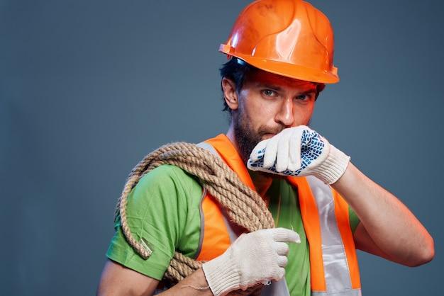 Mann in der arbeitsuniformbauindustrie
