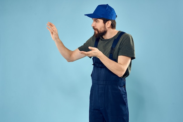 Mann in der blauen kappenuniformarbeit, die transportdienste bereitstellt.