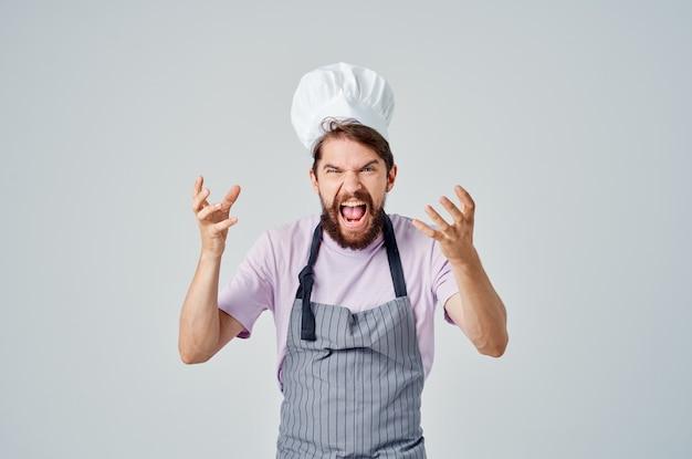 Mann in der einheitlichen kochberufsarbeit der köche