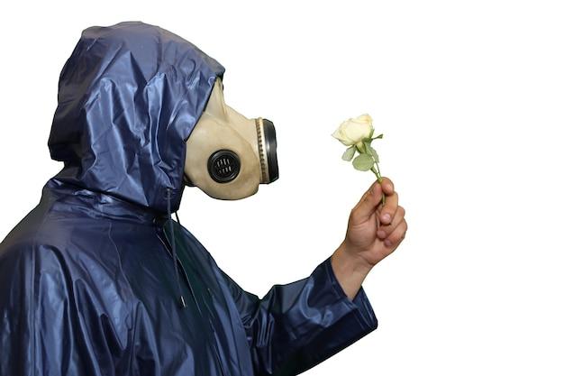 Mann in der gasmaske mit blume isoliert auf weißem hintergrund. strahlungseinfluss. umweltverschmutzung. tschernobyl-konzept. gefährliche atomkraft. ökologisches desaster.