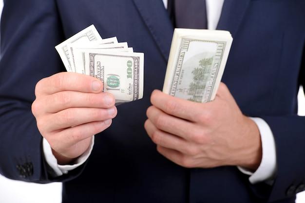 Mann in der klage, die dollar in seinen händen hält.