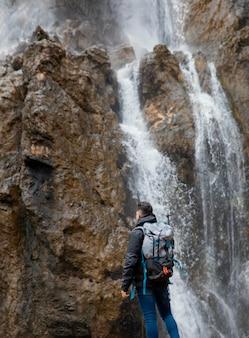 Mann in der natur am wasserfall