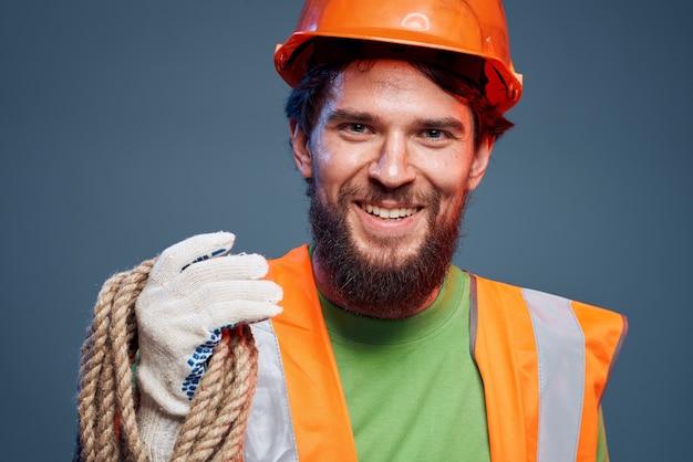 Mann in der orangefarbenen farbe professioneller ingenieur, der konstruktion arbeitet. hochwertiges foto