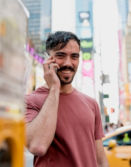 Mann in der stadt am telefon sprechen