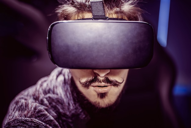 Mann in der virtuellen brille passt einen film in einem kino auf