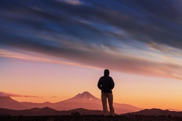 Mann in der wanderung in der vulkanregion (araucania) in chile, südamerika