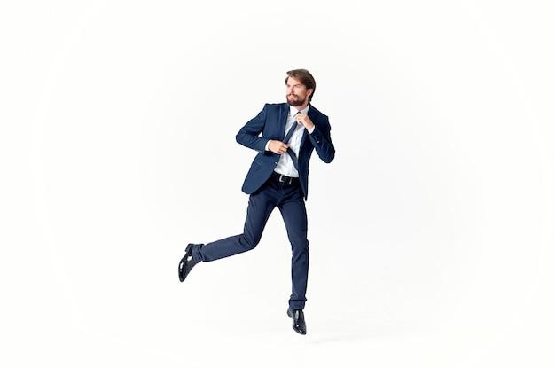Mann in einem anzug emotionen erfolgreicher heller hintergrund