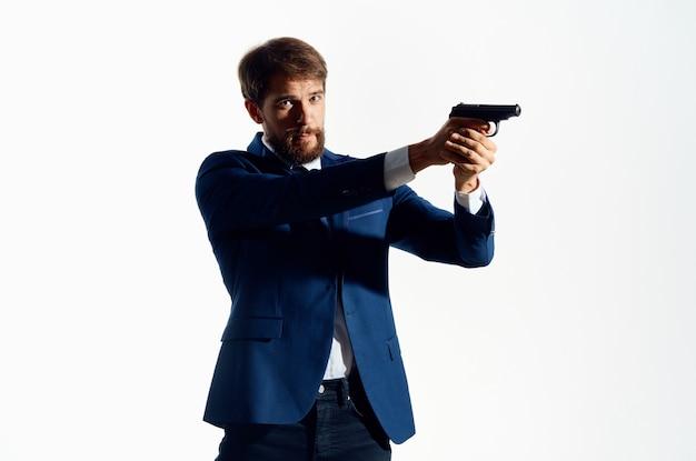 Mann in einem anzug mit einer waffe in den händen detektiv verbrechen vorsicht.