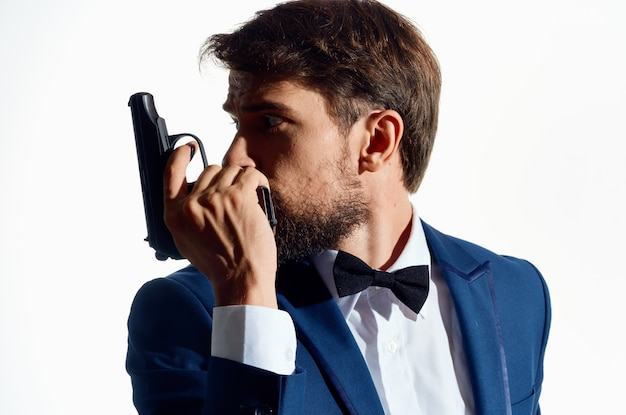 Mann in einem anzug mit einer waffe in der hand studio emotionen