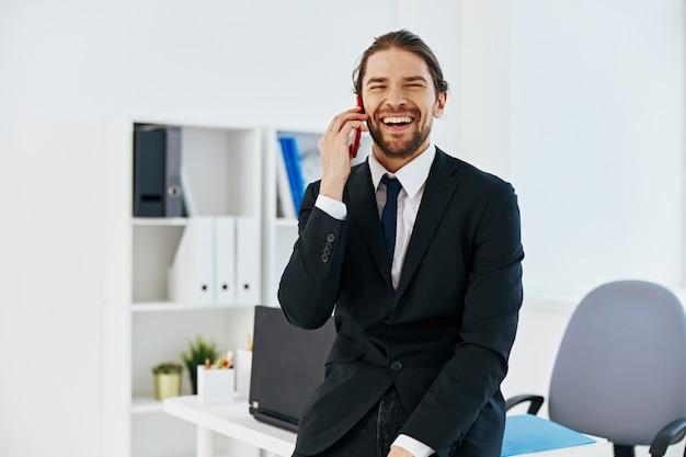Mann in einem anzug offizielle dokumente arbeiten büroleiter. foto in hoher qualität