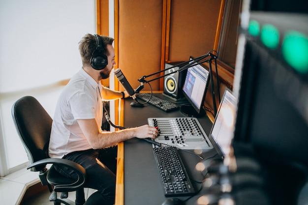 Mann in einem aufnahmestudio, musikproduktion