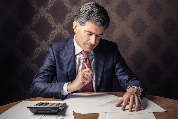 Mann in einem büro